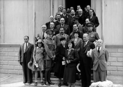 Constituyentes acompañados por sus familiares, exterior de la Casa de Carranza, retrato de grupo