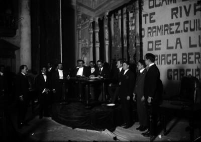 Cándido Aguilar firma documento durante asamblea del Congreso Constituyente
