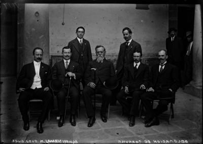 Venustiano Carranza sentado junto con diputados de Coahuila