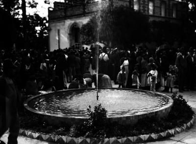 Multitud en una plaza junto a la fuente