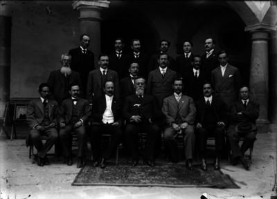 Venustiano Carranza es acompañado por miembros del Congreso Constituyente, retrato de grupo
