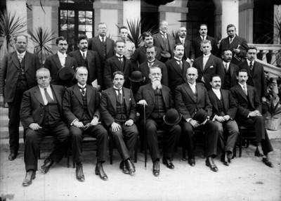 Venustiano Carranza acompañado por gobernadores y funcionarios públicos, retrato de grupo