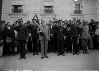 Venustiano Carranza, Francisco L. Urquizo y otros militares durante honores a la bandera