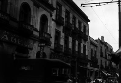 Gente y automóviles circulan frente al Hotel Colón