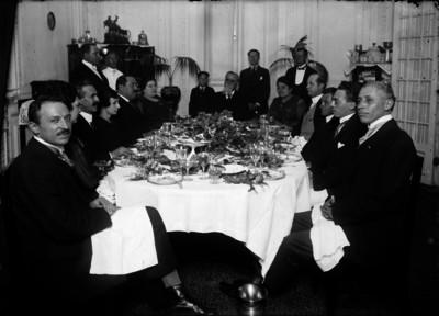 Venustiano Carranza en compañía de funcionarios y mujeres en un banquete