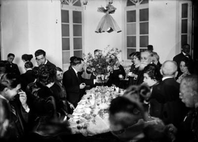 Venustiano Carranza y asistentes durante banquete