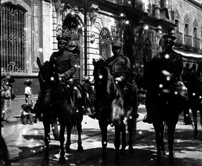 Militares a caballo durante un desfile