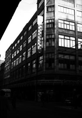 Vida cotidiana frente al edificio de La Francia Marítima