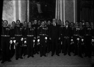 Venustiano Carranza con marinos argentinos en Palacio Nacional, retrato de grupo