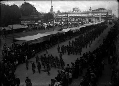 Carrancistas desfilando en un 16 de septiembre