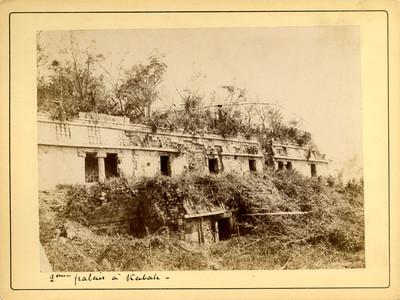 "Fachada del Palacio en Kabah, ""L' une palais á Kabah"""