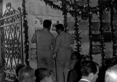 Hombres abren la cripta en la que se encuentran los restos de Venustiano Carranza