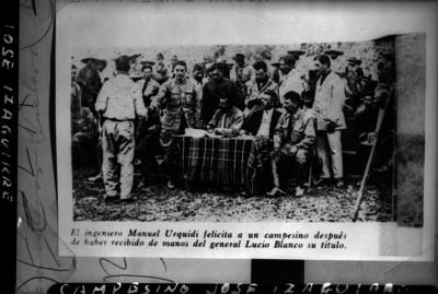 Manuel Urquidi felicita a campesino durante reparto agrario, reprografia bibliográfica
