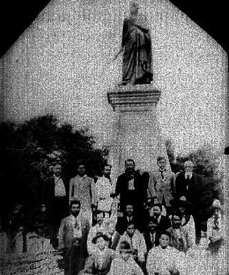 Alvaro Obregón con revolucionarios al pie de un monumento, retrato