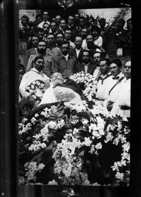 Cadáver de Venustiano Carranza rodeado de funcionarios