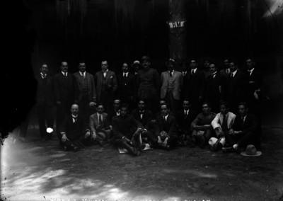 Morones, F. Villareal, Calles, Martínez, L. L. León con otros funcionarios
