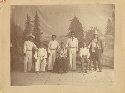 Grupo de hombres y mujer pertenecientes a la etnia nahua de la región de Tlaxcala