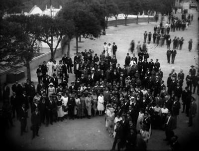 Alvaro Obregón rodeado por una multitud en un parque