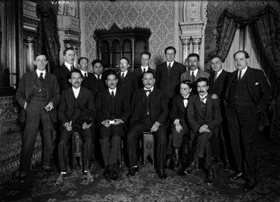 Alvaro Obregón con Healy y otros periodistas en Palacio Nacional, retrato de grupo