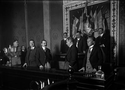 Alvaro Obregón con Manuel Pérez Treviño, Enrique Estrada y otras personalidades durante una ceremonia pública