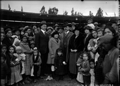 Alvaro Obregón acompañada por su esposa e hijos durante una repartición de juguetes en el Club Reforma