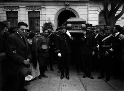 Miguel Peralta, Manuel Romo y otros militares conduciendo el féretro de Benjamín Hill durante su funeral