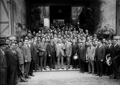 Alvaro Obregón, Alberto J. Pani y Plutarco Elías Calles acompañados por funcionarios, retrato de grupo