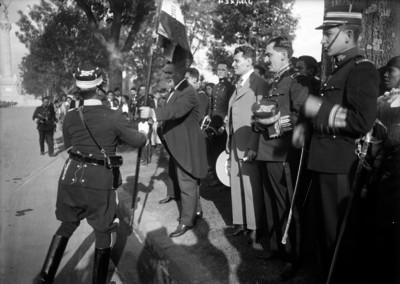 Alvaro Obregón entrega banderas a militares en Paseo de la Reforma