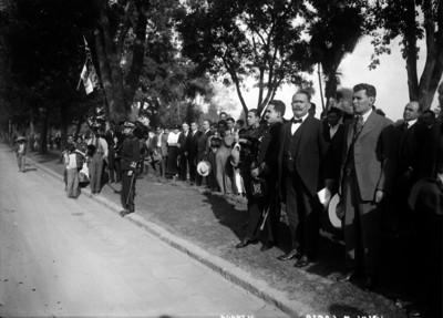 Alvaro Obregón, Enrique Estrada y Jesús M. Garza durante entrega de banderas en Paseo de la Reforma