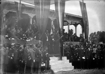 Alvaro Obregón entrega banderas a militares en el hipódromo de la Condesa