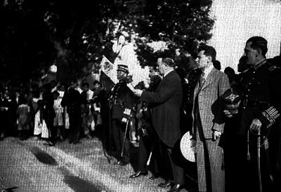 Alvaro Obregón lee discurso durante entrega de banderas en Paseo de la Reforma