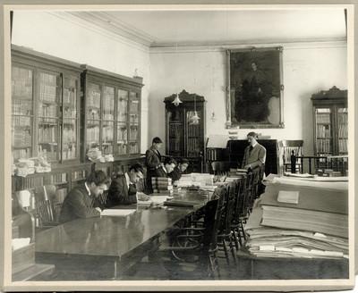 """Hombres en el interior de la """"biblioteca"""" del """"Antiguo Museo Nacional"""""""