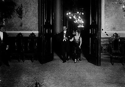 Alvaro Obregón toma del brazo a la esposa de Antonio de Feitosa