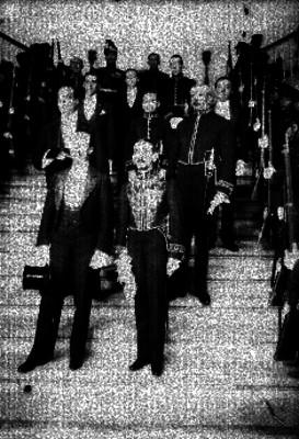 Embajadores y militares en escalinatas de Palacio Nacional, retrato de grupo
