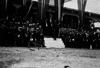 Alvaro Obregón entrega banderas a miembros del Ejército Nacional