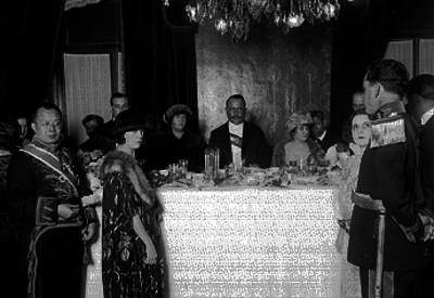 Alvaro Obregón, diplomáticos y funcionarios durante un banquete en Palacio Nacional