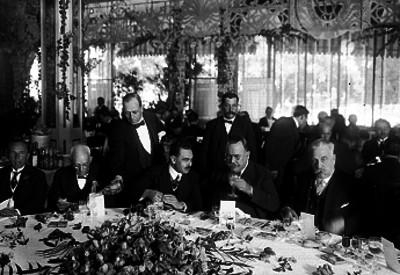 Alvaro Obregón, Manuel Pérez Treviño, Aarón Sáenz y otras personalidades en un banquete