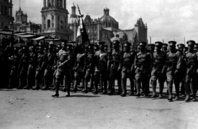 Soldados de infanteria desfilan frente al Zócalo