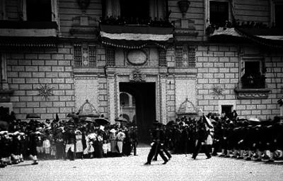 Alvaro Obregón y comitiva observan contingente de infantería