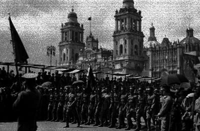 Soldados de infanteria desfilan frente a Palacio Nacional
