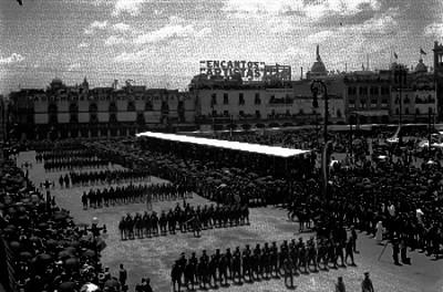 Contingentes militares de infantería y caballería desfilan en la plaza Constitución