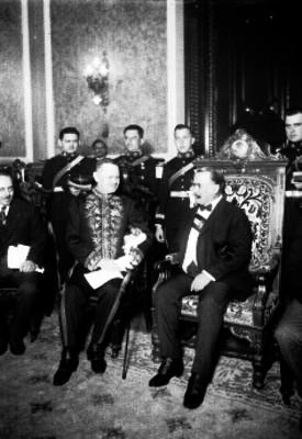 Alvaro Obregón conversa con embajador en Palacio Nacional