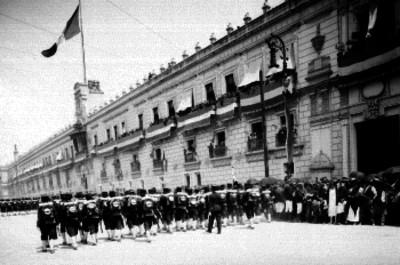Contingente militar a su paso por Palacio Nacional
