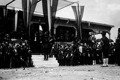 Alvaro Obregón entrega banderas al Ejército Nacional en el Hipódromo de la Condesa