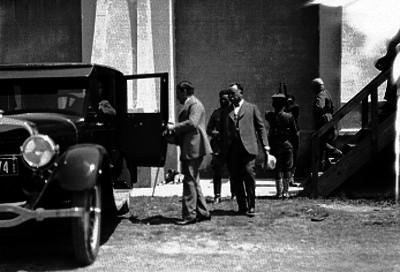 Alvaro Obregón antes de abordar un automóvil