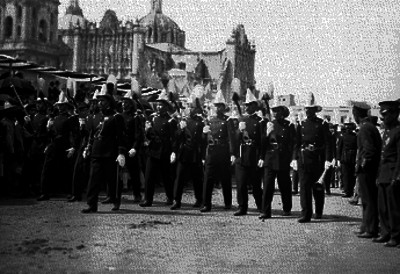 Contingente del Ejército Nacional desfila frente a Palacio Nacional