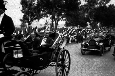 Alvaro Obregón con los presidentes de las cámaras de diputados y senadores a bordo de un carruaje