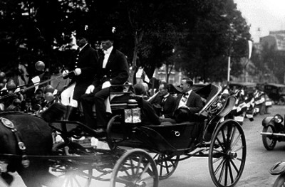 Alvaro Obregón con los presidentes de las cámaras de diputados y senadores en un carruaje