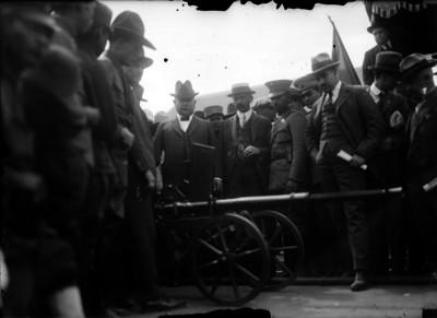 Álvaro Obregón inspecciona una pieza de artilleria recíen adquirida, retrato de grupo