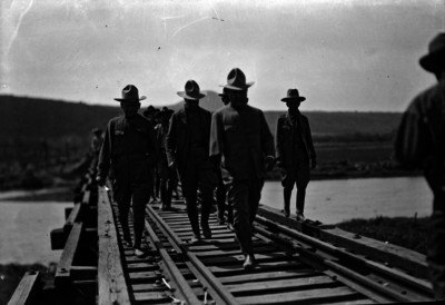 Álvaro Obregón acompañado por militares pasa por puente en Ocotlán